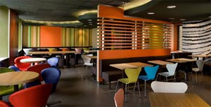Design moderno arne jacobsen mcdonald arredamento interni for Arredamento per fast food